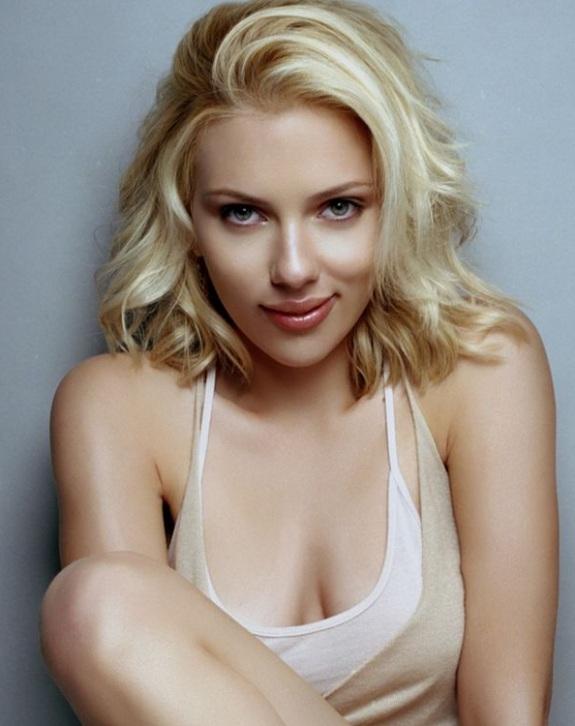 Scarlett Johansson 1 Scarlett Johansson, Jennifer Aniston Get Hollywood Stars